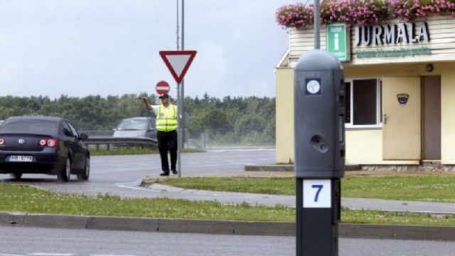 VIDEO: Šis video ir jānoskatās ikvienam, kas iebrauc Jūrmalā, ja nevēlas maksāt sodu!