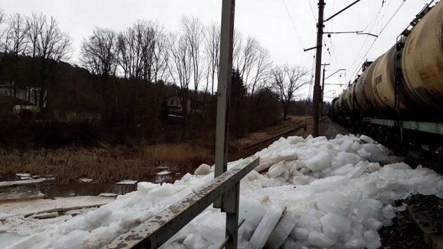 FOTO: Ogrē ledū iestrēdzis preču vilciens!
