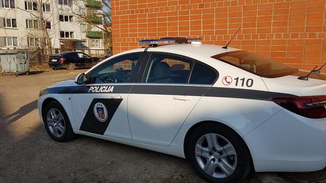 """VIDEO: Žurnālisti Dobelē pieķer policistus likumpārkāpumos: """"Bez tā sižeta nekādi nevar?"""""""