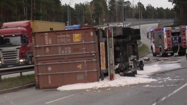 """VIDEO: Rīgā uz ceļa līkuma """"neierakstās"""" un apgāžas """"fūre""""!"""