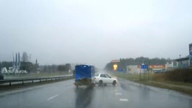 Aculiecinieka VIDEO: Berģos auto ar piekabi zaudē kontroli un avarē!