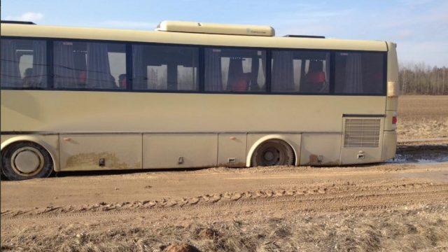 FOTO: Iedzīvotāji šokā – ceļi laukos ĀRPRĀTĪGĀ stāvoklī! Iestrēgst arī satiksmes autobuss!