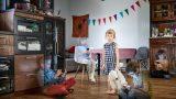 16 kliedzoši latviešu fotogrāfa darbi par laiku, ko pavadām pie ekrāniem jeb skumjā realitāte…
