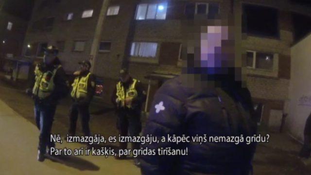 VIDEO: 3 vīrieši, kuri dzīvo vienā istabā, saceļ pamatīgu traci, jo viens no viņiem nemazgā grīdu…