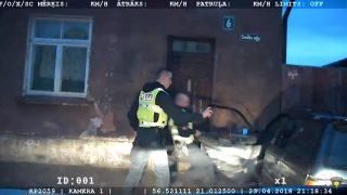 VIDEO: Piedzēries šoferis mūkot no policijas taranē mājas sienu Liepājā!