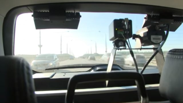"""VIDEO: Policija atrāda jauno sistēmu – tā pārkāpējus ķers automātiski un """"rēķinu"""" sūtīs pa pastu!"""