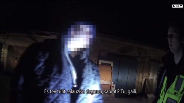 """VIDEO: Policistiem Vangažos uzbrūk ar ķieģeļiem: """"Es tev tūlīt salauzīšu degunu, saprati? Tu, gaili"""""""