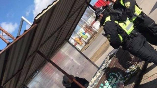 FOTO: Sieviete šokā par policistu rīcību, kārtējo reizi soda vecu tantiņu!