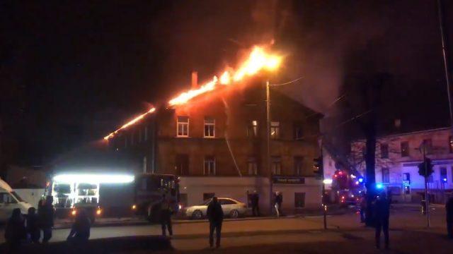 VIDEO: Naktī Grīziņkalnā izcēlies milzīgs ugunsgrēks; glābēji cilvēkus izceļ pa logiem!