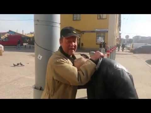 """VIDEO: """"Centrāltirgus frizieris"""" piedāvā savus pakalpojumus turpat uz ielas! Cena tikai 3 eiro!"""