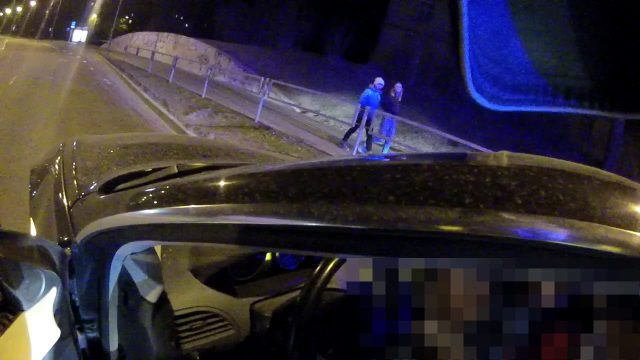 VIDEO: Policija Rīgā noķer piedzērušos automehāniķi, kurš vizinās ar klienta auto!